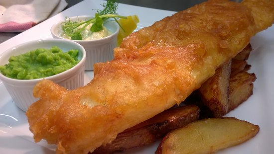 Cawood, UK: Beer Battered Haddock, tripple cooked chips, house made tartare sauce, crushed minted peas 