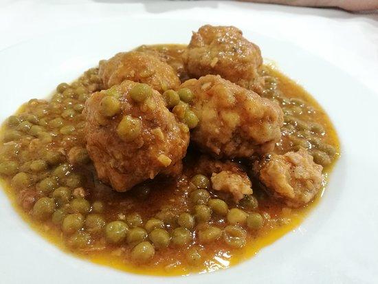 Albóndigas con guisantes - Restaurant VERNIS ( La Cellera de Ter-Girona)