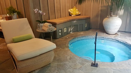 Matauri Bay, Nowa Zelandia: Relaxing area and spa pool for a pre or post dip