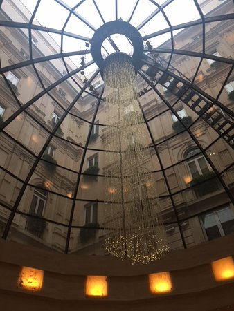 Park Hyatt Milan: ロビー階。朝食はこのガラスのドームの下で。