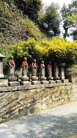 Shomyoji Temple - Imaizumi Fudo: 境内のお地蔵さんと花