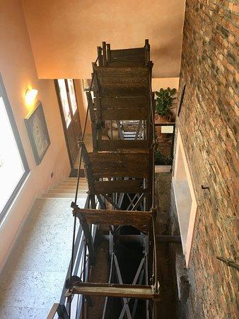 Villimpenta, Italy: accesso al piano superiore con antica ruota