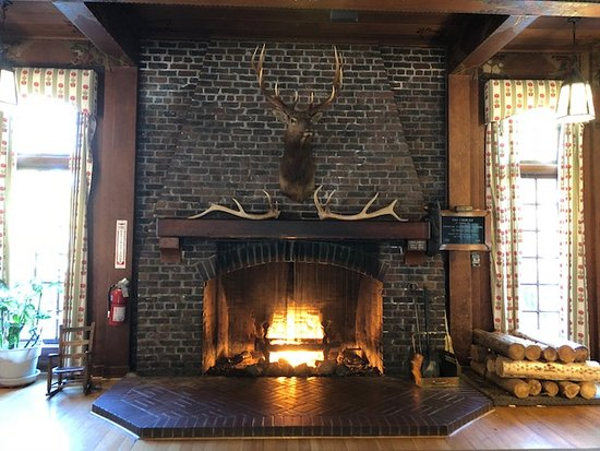 Quinault, WA: Beautiful fire place in the lobby.