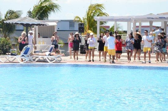 Memories Flamenco Beach Resort: Zumba at the pool