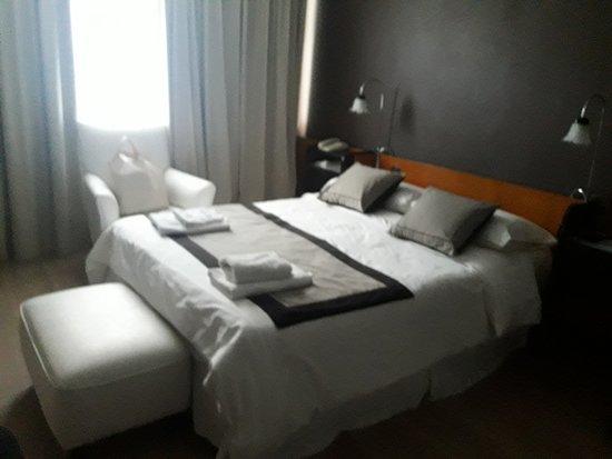 Hotel Tehuelche: La habitacion era comoda, solo que el baño muy antiguo parecía de hospital.Faltan enchufes.