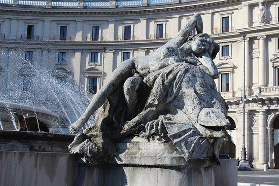 Знаменитый фонтан Неяд
