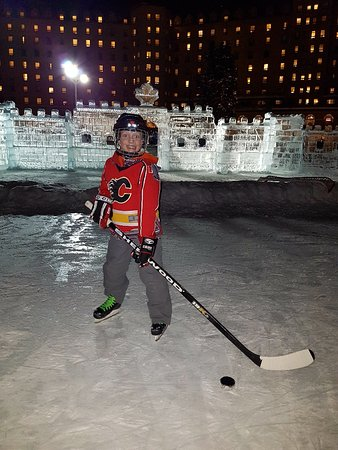 Fairmont Chateau Lake Louise: Skating on the lake in Winter