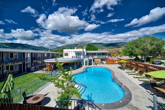 Bowmont Motel: pool and courtyard area