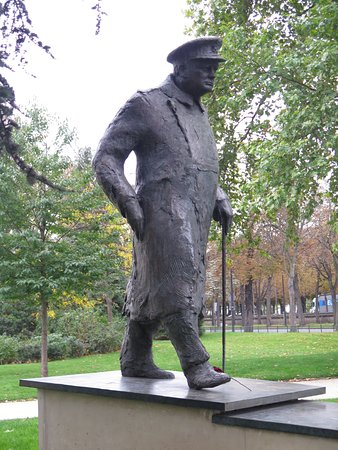 Wego Walking Tours: Paul made a point to show us the statue of Winston Churchill.