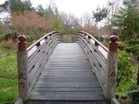 Gresham, Oregón: Notice the Japanese symbols on the bridge posts