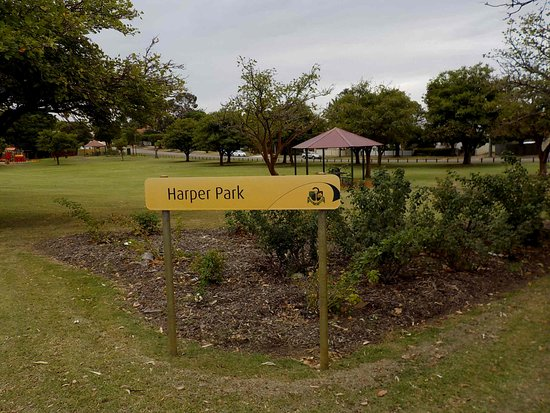 Woodbridge, Australien: Park sign and garden