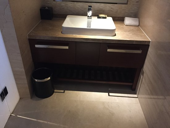 Sheraton Shanghai Hongkou Hotel: Second bathroom with toilet