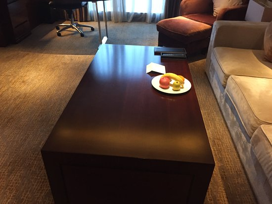 Sheraton Shanghai Hongkou Hotel: Room table.