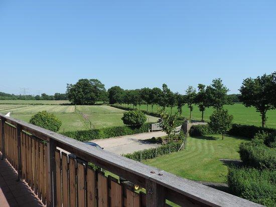 Hoonhorst, Países Baixos: Uitzicht vanaf balkon/Bed & Breakfast.