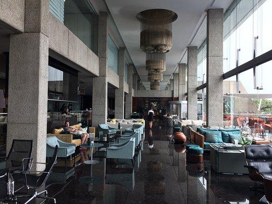 Amathus Beach Hotel Limassol: Die geschmackvolle Lobby
