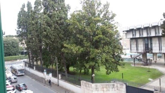 Hotel Lella : вид на улицу и английское посольство