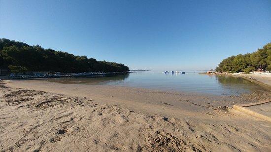 Pakostane, Croácia: Main beach in the morning