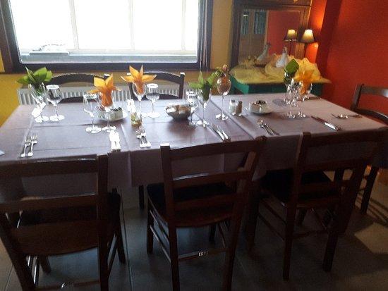 Провинция Эно, Бельгия: Si ça ressemble à une cantine ... nappes , décors renouvelés constemment avec soin , fleurs fraî