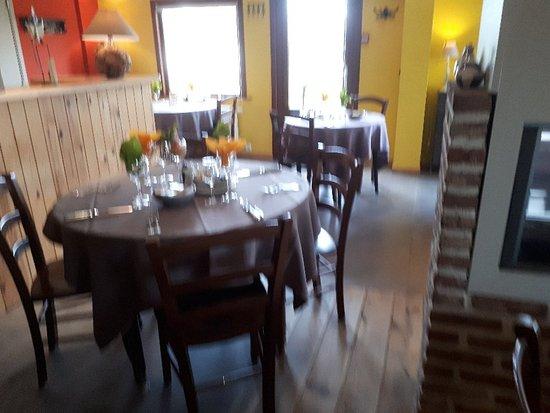 Hainaut Province, Belgia: Si ça ressemble à une cantine ... nappes , décors renouvelés constemment avec soin , fleurs fraî
