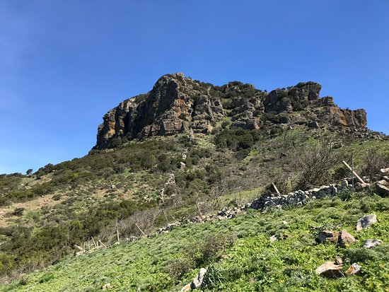 Arbus, Italy: Cima dell'Arcuentu osservata lungo il sentiero