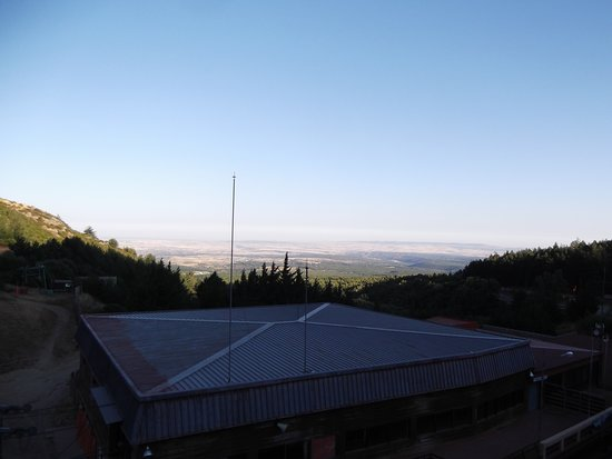 Estacion de Esqui La Pinilla: Vista do hotel sobre Riaza
