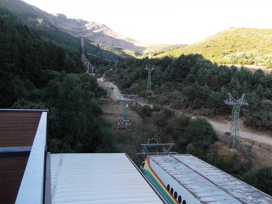 Estacion de Esqui La Pinilla: Vista para as montanhas
