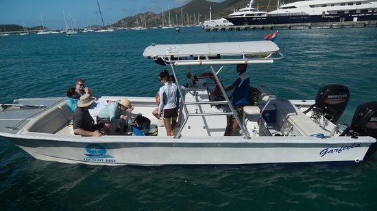 Baie de Simpson, St. Maarten-St. Martin : Garfield, a 27 foot powered catamaran, renovated Dec 2017. Preparing to go snorkeling.