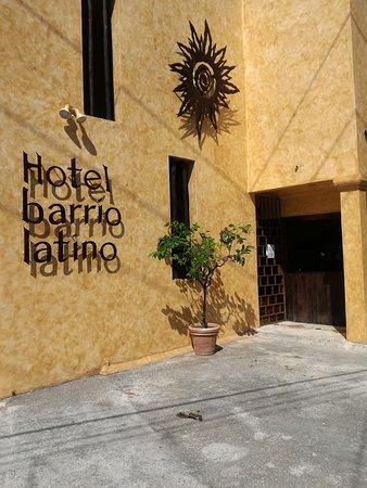 Barrio Latino Hotel: Faixada