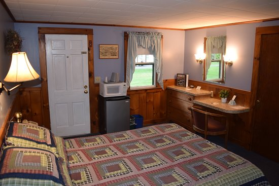 Country Acres Motel: Small- One Queen Bed