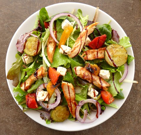 Gimont, France: Salade fermière : Au poulet du gers, petit dés de fromages, et légumes du soleil