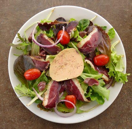 Gimont, Francja: Salade Gasconne : magret séché maison, gésiers de canard et foie gras mi cuit