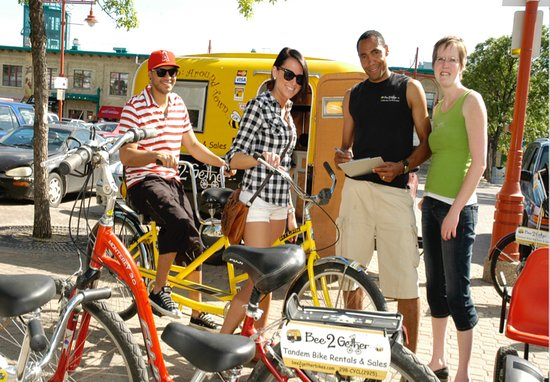 Winnipeg Beach, Kanada: This picture shows two of Bee2gether Bikes staff getting customers sized up on their tandem bike