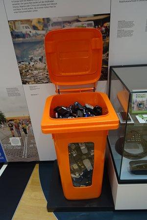 Museum fur Post und Kommunikation: Contenedor lleno de móviles obsoletos