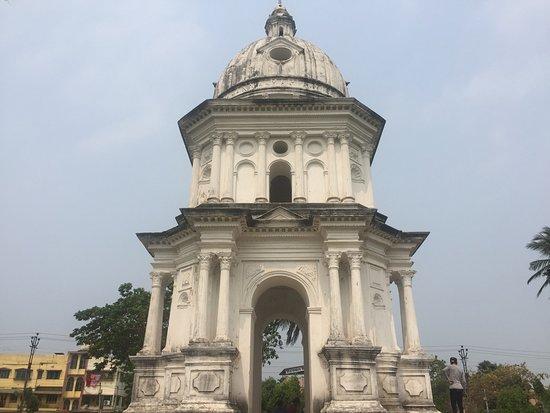Chinsurah, India: Imposing memorial.