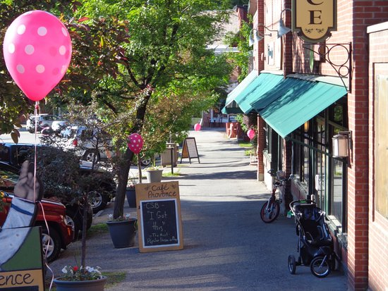 The Inn on Park Street: Brandon village shops-a short walk from the Inn