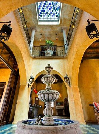Villa Santa Cruz: Lobby/Central Atrium