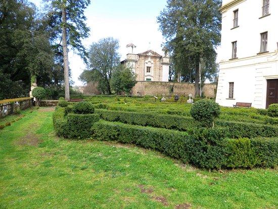 Villa Savorelli: i giardini all'italiana e sullo sfondo S.Maria del Monte