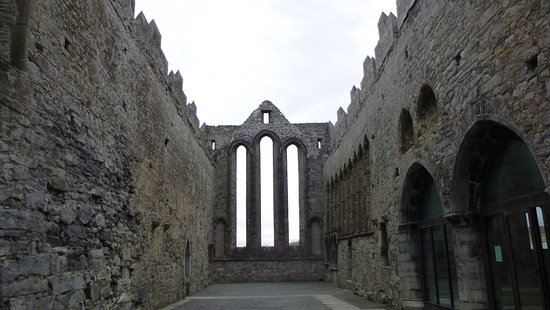 Ardfert, Irland: Tall window at front of Nave