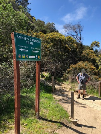 Solana Beach, Kaliforniya: We hiked both trails! One-way Trail goes into Annie's Canyon itself