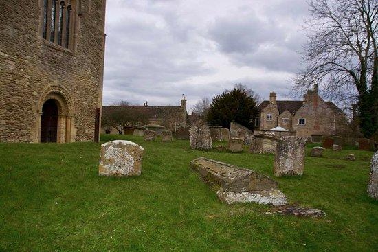 Bampton, UK: Churchyard