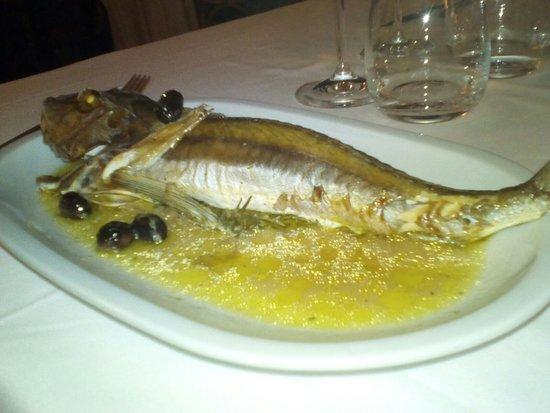 Ristorante Della Baia: galinella al forno con olive