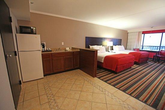Best Western Plus Sandcastle Beachfront Hotel: Two Queen Bed w/ Kitchenette