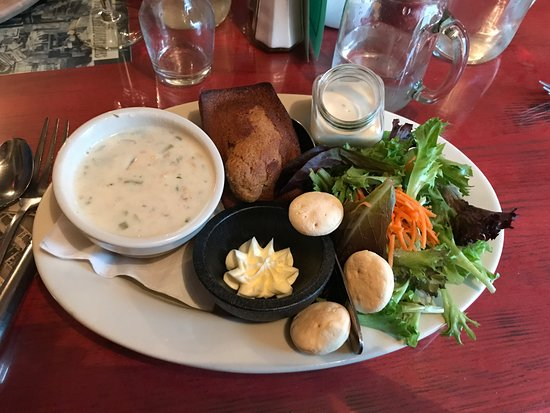 Bryant House: Chowder and garden salad with Johnny Cake