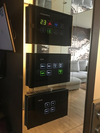 Living Hotel Das Viktualienmarkt: Сенсорное управление освещением и кондиционированием номера