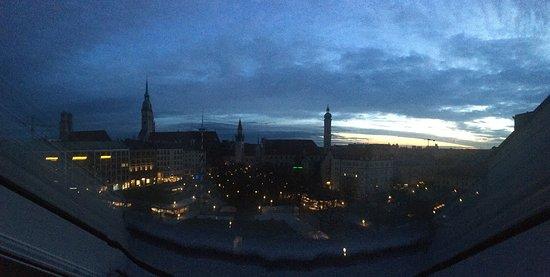 Living Hotel Das Viktualienmarkt: Вид из люкса в мансарде на Виктулиенмаркт ранним утром