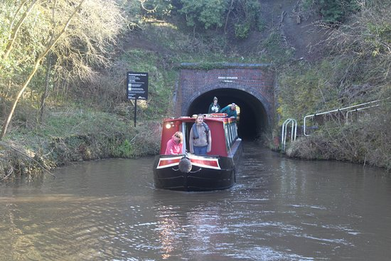Alvechurch, UK: Our friend's boat emerging from Dunhampstead Tunnel