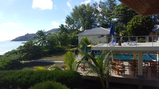 Acajou Beach Resort: photo made from our balcony, looking right (as you see balcony in not very private;-))