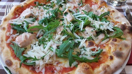 Königs Wusterhausen, Alemania: Pizza mit Lachs, Rucola und frischem Parmesan