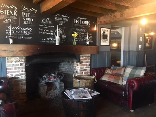 Ickham, UK: cosy fire and sofas