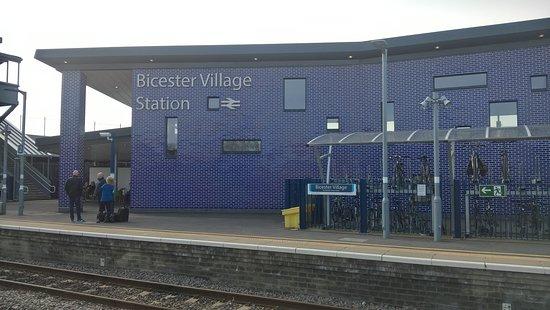 Bicester, UK: Modern Building
